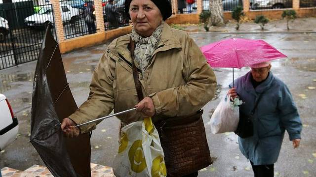 Frauen auf dem Weg in ein Wahllokal in Bukarest