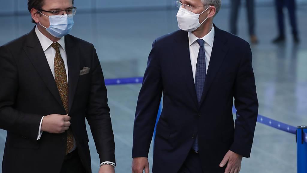 NATO-Generalsekretär Jens Stoltenberg (r) spricht mit dem ukrainischen Außenminister Dmytro Kuleba. Foto: Francisco Seco/AP/dpa