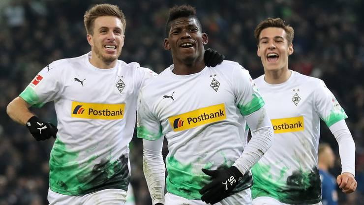 Was für ein grosser Tag für Breel Embolo (Mitte). Die Gladbacher feiern seinen zweiten Treffer gegen Freiburg (Bild: key).
