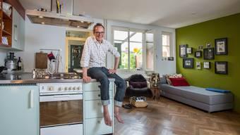 Im Wohnzimmer seines Vorstadt-Häuschens kann Hannes Hug zwei seiner Leidenschaften vereinen: Kochen und Musik hören.MATHIAS MARX