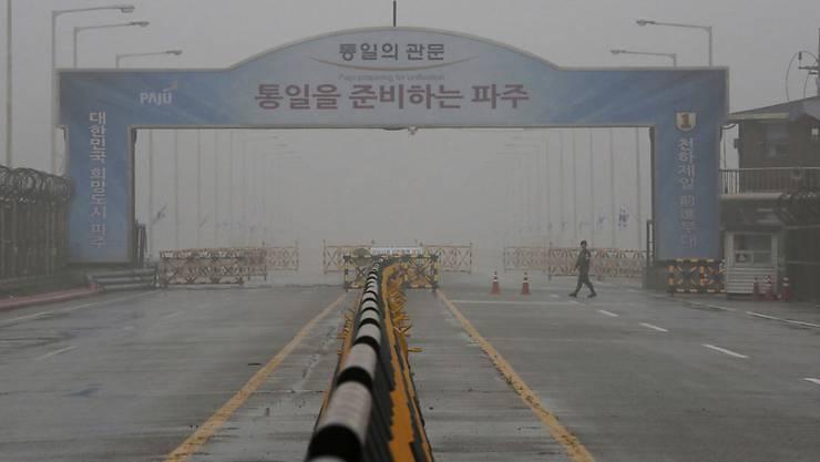 An der schwer bewaffneten Grenze zwischen Nord- und Südkorea hat sich in der Nacht auf Samstag ein nordkoreanischer Soldat in den Süden abgesetzt. (Archivbild)