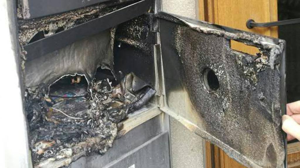 Viel Schaden: Einer der Briefkästen, in dem am Samstagabend ein Feuerwerkskörper gezündet wurde.