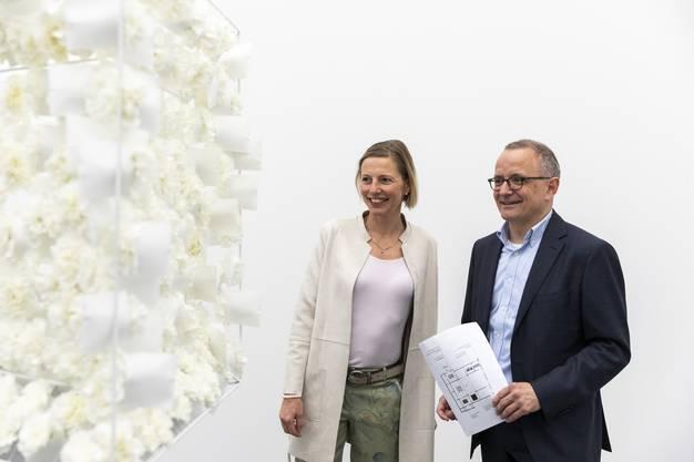 Stadtpräsident Hanspeter Hilfiker und Stadträtin Suzanne Marclay betrachten das Werk von Simone Serra-Helbling.