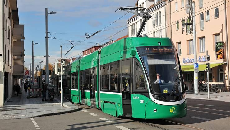 Ein Flexity-Tram auf einer Testfahrt im Weiler Quartier Friedlingen– es fährt gerade an der Haltestelle Riedlistrasse/Kesselhaus vorbei.