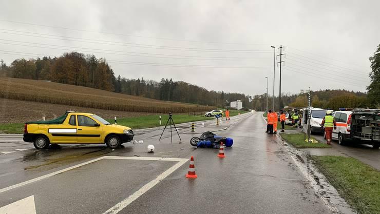 Der 55-jährige Zweiradfahrer erlitt beim Unfall schwere Verletzungen, wie die Kantonspolizei Zürich mitteilte.