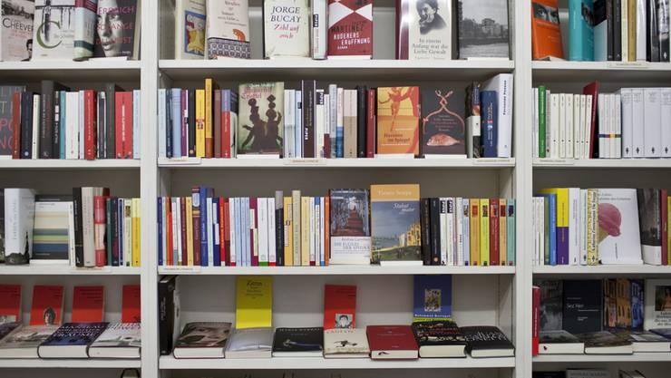 Schweizer wollen dieses Jahr durchschnittlich 14 Franken weniger für Weihnachtsgeschenke ausgeben - für Bücher aber erhöhen sie ihr Budget um 8 Franken (Archiv).