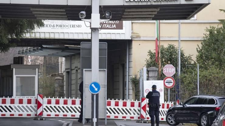 Bisher galten die Einreisebeschränkungen nur für Personen aus Italien, Frankreich, Österreich und Spanien sowie allen Nicht-Schengen-Staaten, hier der Zoll von Brusino Arsizio im Tessin. (Archivbild)
