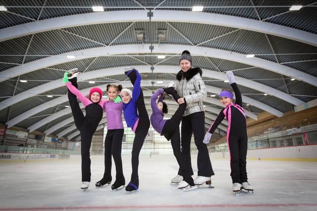 «Es ist viel heller»: Elina, Tabea, Elissa, Hana und Olivia (mit Trainerin Elena Stadelmann) vom Eislauf Club Aarau freuen sich über das neue Dach.