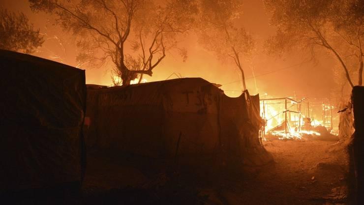 Das Lager wurde ein Raub der Flammen.