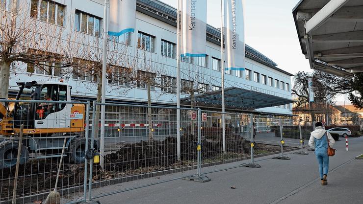 Auch direkt vor dem Haupteingang des Kantonsspitals sind Bauarbeiten im Gange.