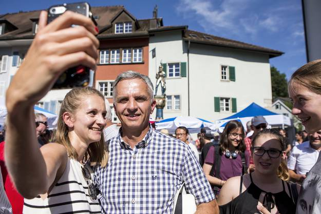 az-Redaktorin Janine Gloor mit Bundesrat Didier Burkhalter.