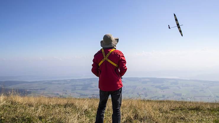 Modellflieger müssen mit neuen Vorschriften rechnen. Grund ist ein EU-Regelwerk für Drohnen. (Archivbild)