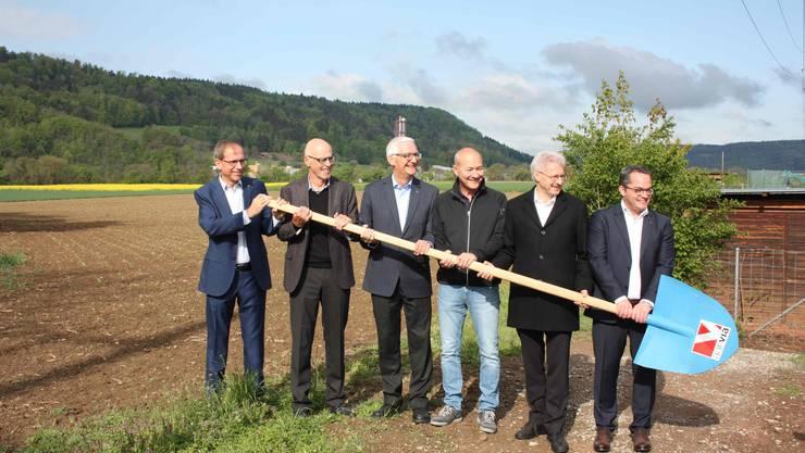 Stolz erfolgt durch die beteiligten Werke der Spatenstich für ihr gemeindeübergreifendes und visionäres Projekt Sibano. Von links: Michael Sarbach (RWB), Werner Graber (VRP RWB), Kurt Hostettler (FWS), Peter Ender (VRP KVA), Kurt Schmid (VRP FWS), Roger Huber (KVA)