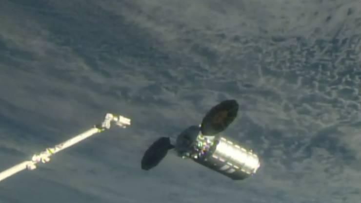 """Der Raumfrachter """"Cygnus"""" bereitet sich zum Andocken an der Internationalen Raumstation ISS vor."""