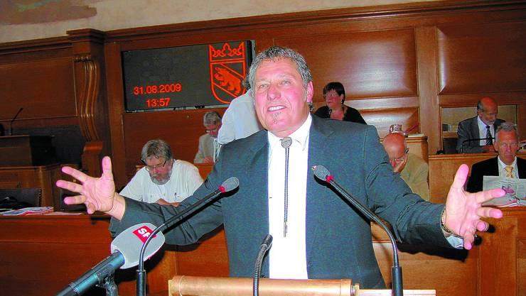 Kommissionspräsident Christian Hadorn (SVP) vertritt die Kommissionsanträge wie gewohnt gestenreich. uz