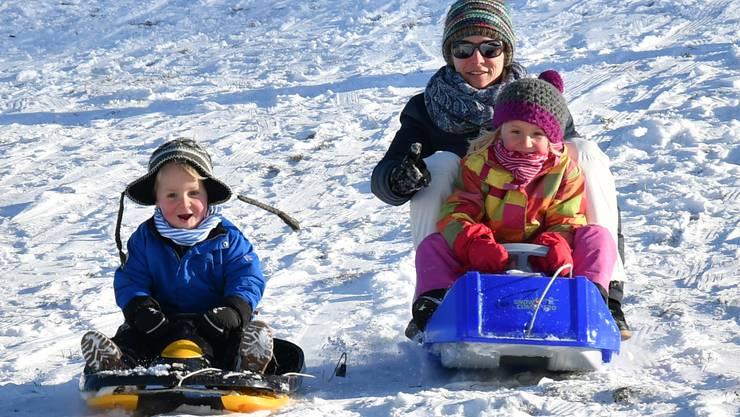 Gross und Klein geniessen auf dem Allerheiligenberg das Schlitteln im ersten Schnee des Winters 2016/2017 Schneesport Kinder Familie Freizeit Wintersport Kälte
