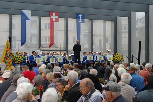 Die Stadtmusik Dietikon unterhält die zahlreichen Besucher mit beschwingter Musik.