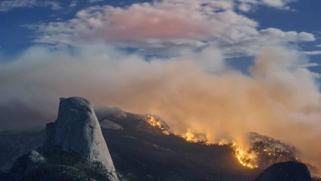 Ein Feuer in der Nähe des Bergs Half Dome