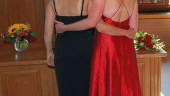 Zwei Frauen vor dem Standesamt (Symbolbild)