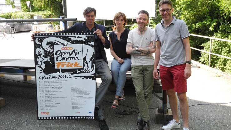 Michael Steiner, Martina Welti, Thomas Meyer und Philipp Weiss (von links) vor der Leinwand des Open-Air-Kinos. mf