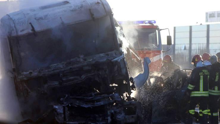 Sechs Menschen, darunter zwei Kinder, sind auf einer Schnellstrasse in Norditalien ums Leben gekommen. Bei dem Unfall explodierte ein Tankwagen.