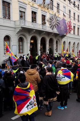 Die Zuschauer vor dem «Troi Rois» wollen einen Blick auf den ankommenden Dalai Lama erhaschen.