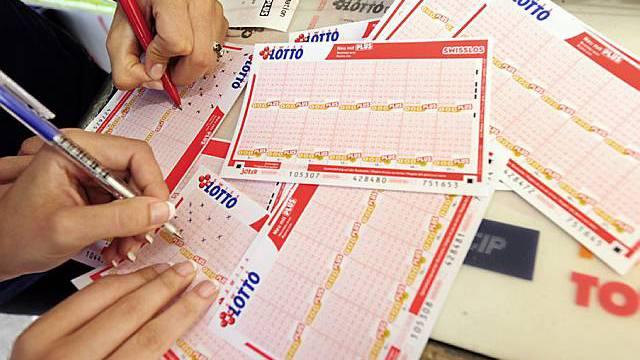 Zwei Frauen im Lotto-Fieber (Archiv)