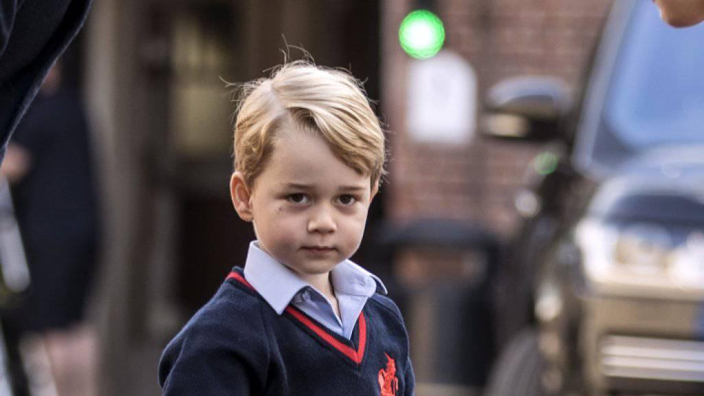 Eine monarchieverrückte Frau verschaffte sich zwei Mal innert 24 Stunden Zugang zur Schule von Prinz George. (Bild vom Tag der Einschulung von Prinz George)
