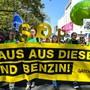 """""""Raus aus dem Verbrennungsmotor - Verkehrswende jetzt!"""" wurde am Samstag in Frankfurt gefordert."""