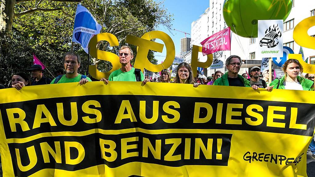 Autogegner demonstrieren gegen Automobilmesse in Frankfurt