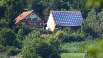«Inzwischen ist es günstiger, den Strom selber zu produzieren, als diesen aus dem Netz zu beziehen»: Photovoltaik-Anlage auf einem Hausdach. (Symbolbild)
