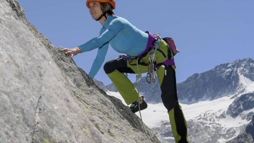 Damit Maya Lalives Projekt gelingt, muss das Wetter mitspielen: Die Alpinistin und Ex-Nationalrätin will im Bergell ein monumentales Bild an einer Staumauer anbringen. (Pressebild)