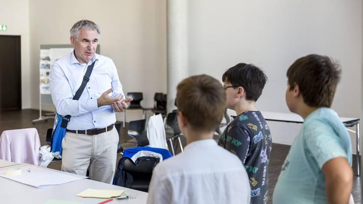 Bildungsdirektor Alex Hürzeler besucht die Schüler während der Projektwoche.