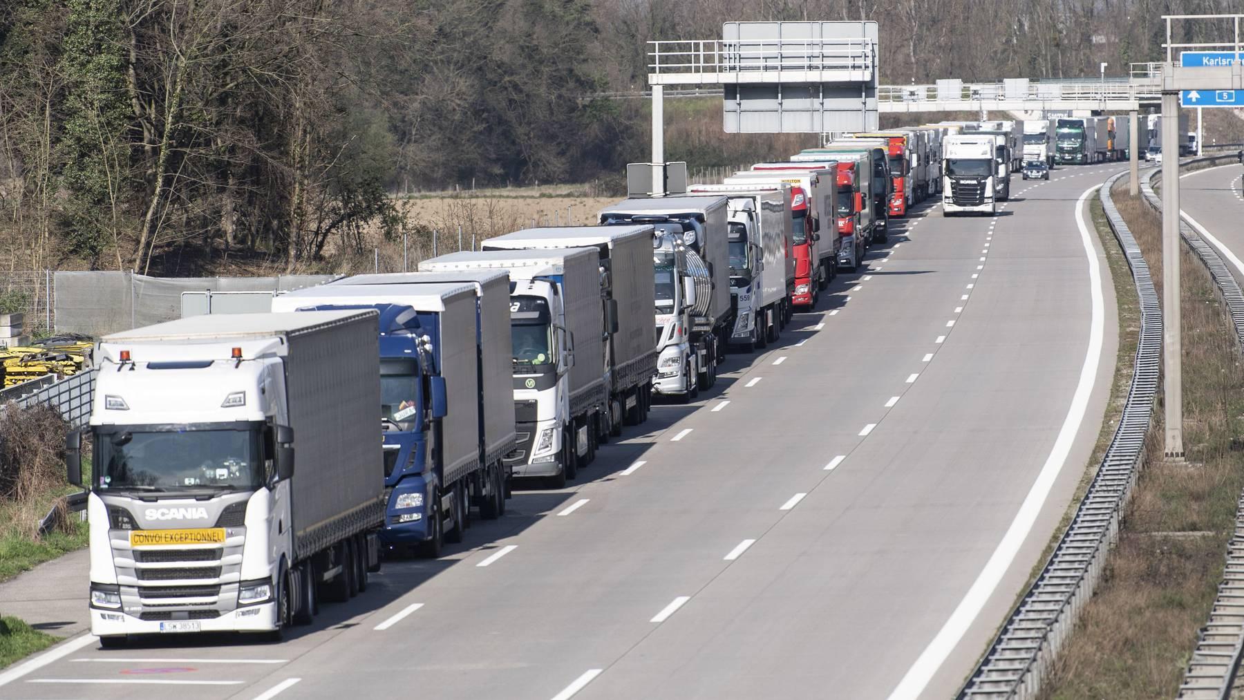 An der Schweizer Grenze waren mehrere Lastwagen mit Schutzmaterial blockiert. (Symbolbild)
