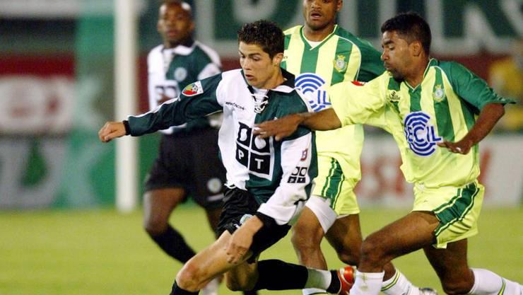 Cristiano Ronaldo wurde aus der Schule ausgeschlossen. Stattdessen fokussierte er sich auf seine Fussballkarriere. Im Bild als 18-Jähriger während eines Spiels 2003 im Alvalade Stadium in Lissabon.
