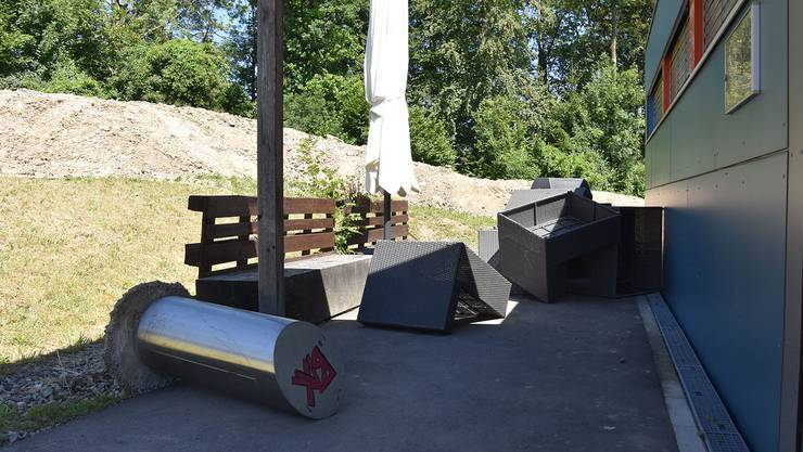 Der einbetonierten Abfallkübel im Aussenbereich wurde ausgerissen und die Lounge zerschnitten.