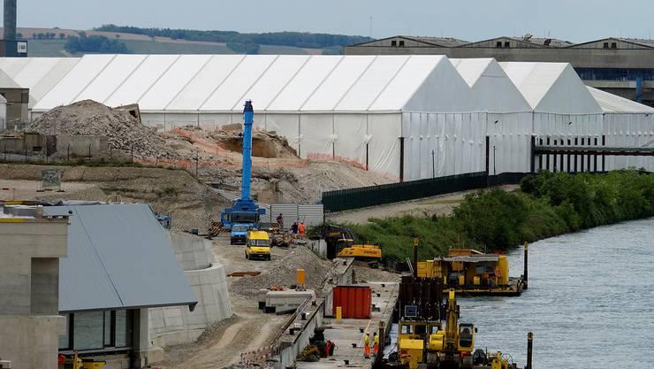 Seit dem 24. September 2013 ruht die Arbeit an der Deponie. Die weissen Zelte stehen über den Baugruben. Kenneth Nars