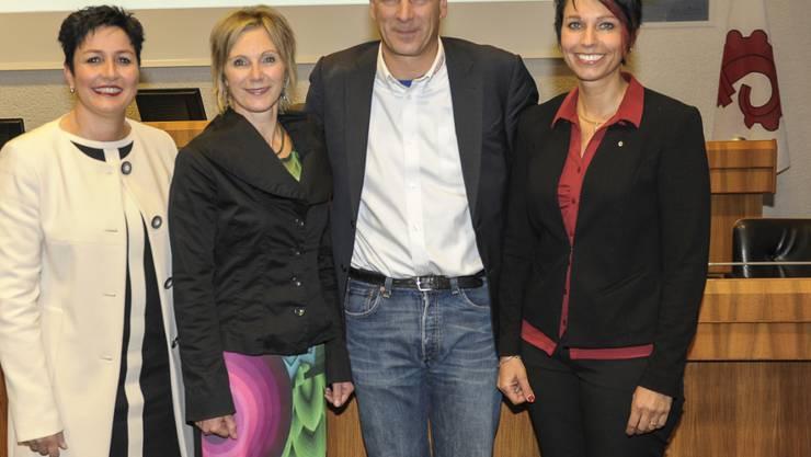 Von links: Die in den Nationalrat gewählten Daniela Schneeberger (FDP), Maya Graf (Grüne), Thomas DeCourten (SVP) und Sandra Sollberger (SVP), aufgenommen in Liestal beim offiziellen Fototermin am Sonntag nach der Wahl. (KEYSTONE/Martin Toengi)