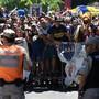 Polizisten halten wütende Fans der Boca Juniors in Schach