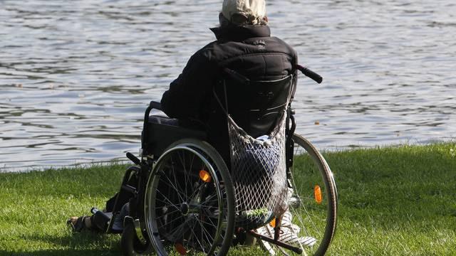 Ein Invalider in einem Rollstuhl (Archiv)