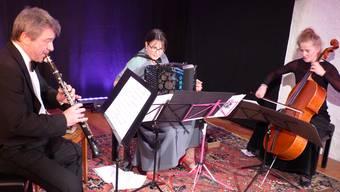 """Konzertierten auf hohem musikalischen Niveau im Kornhauskeller Frick: Trio """"La Jalousie"""" mit Sven Bachmann, Klarinette, Sabine Bachmann- Frey, Akkordeon, Martina Brodbeck, Violoncello"""