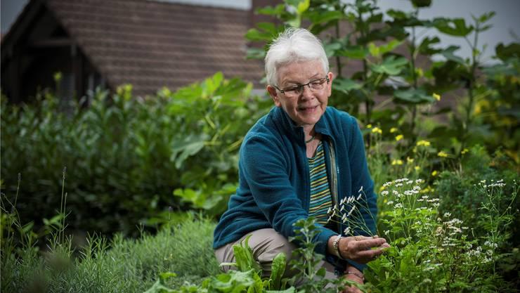 Im eigenen Kräutergarten: Emmi Erni ist seit 1999 Leiterin des Hildegard-Kreises Reusstal.