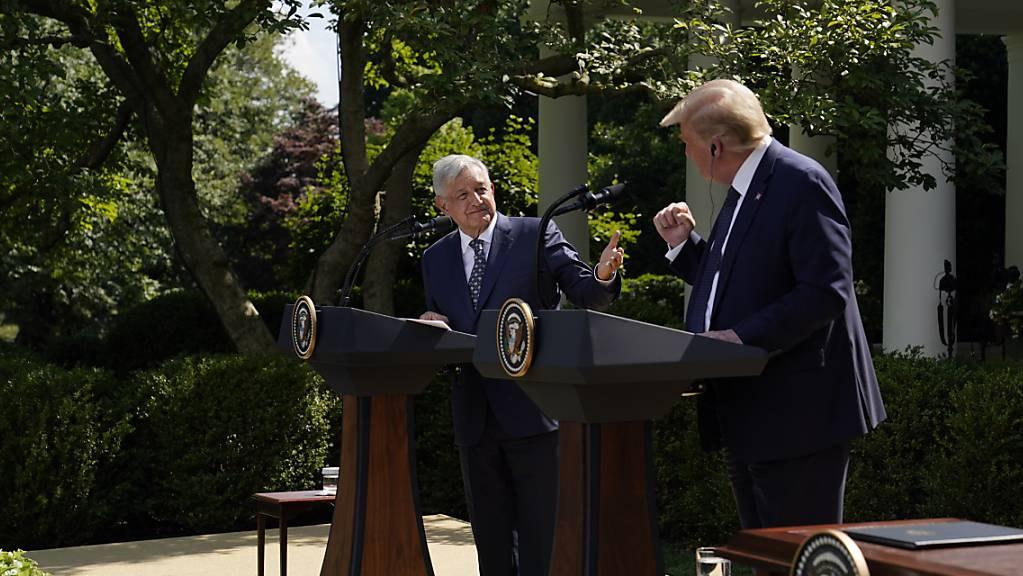 US-Präsident Donald Trump und sein mexikanischer Kollege Andres Manuel Lopez Obrador feiern das neue nordamerikanische Freihandelsabkommen, das Trump als «historischen Sieg» bezeichnete. (Foto: Evan Vucci/AP/KEYSTONE-SDA)