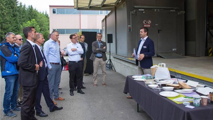 Alain Amhof zeigt die nachhaltigen Produkte.