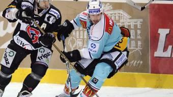 Fribourgs Sandy Jeannin (l.) und Cyrill Geyer kämpfen um den Puck