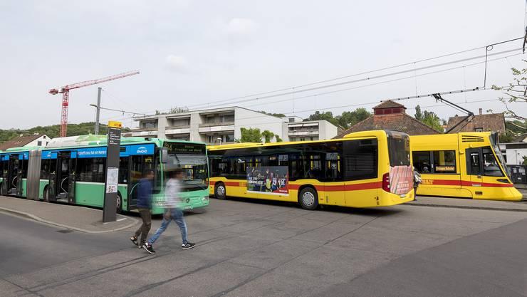 An der Haltestelle Bottmingen Schloss wird den Passagieren das Umsteigen von Tram auf Bus nicht einfach gemacht.