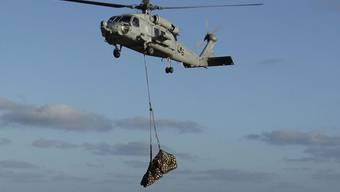 Ein Helikopter versorgt die Kreuzfahrtgäste mit dem Nötigsten