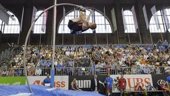 Shawn Barber springt in der Bahnhofhalle Zürich