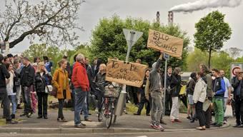 Anwohner protestieren am Eröffnungstag der neuen «Ideal Org» an der Burgfelderstrasse gegen Scientology. (Archiv)