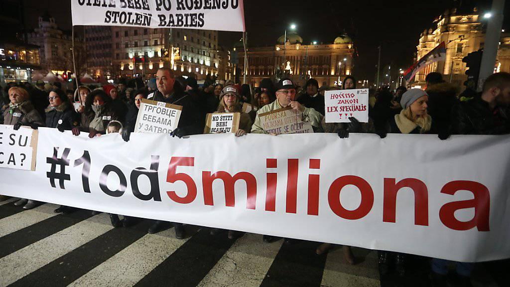 Tausende Menschen haben in Belgrad erneut gegen den rechtsnationalen Präsidenten Vucic demonstriert.